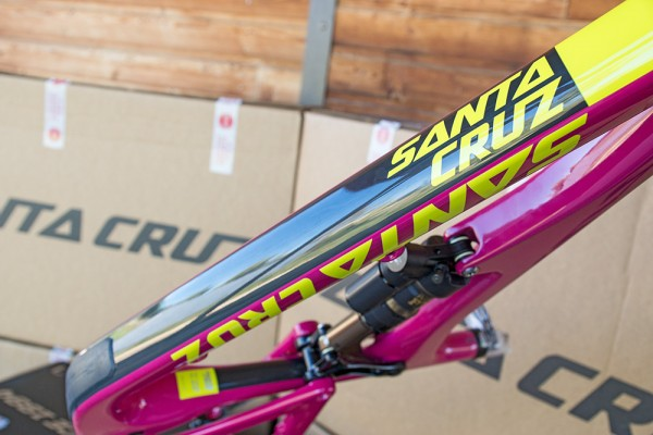 finition santa cruz Bronson 2 2016 calimoxto rose magenta cadre carbone CC