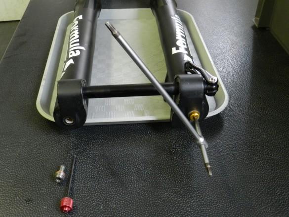 démontage et révision écrou du bas du fourreau cartouche hydraulique Formula RC Selva service center entretien