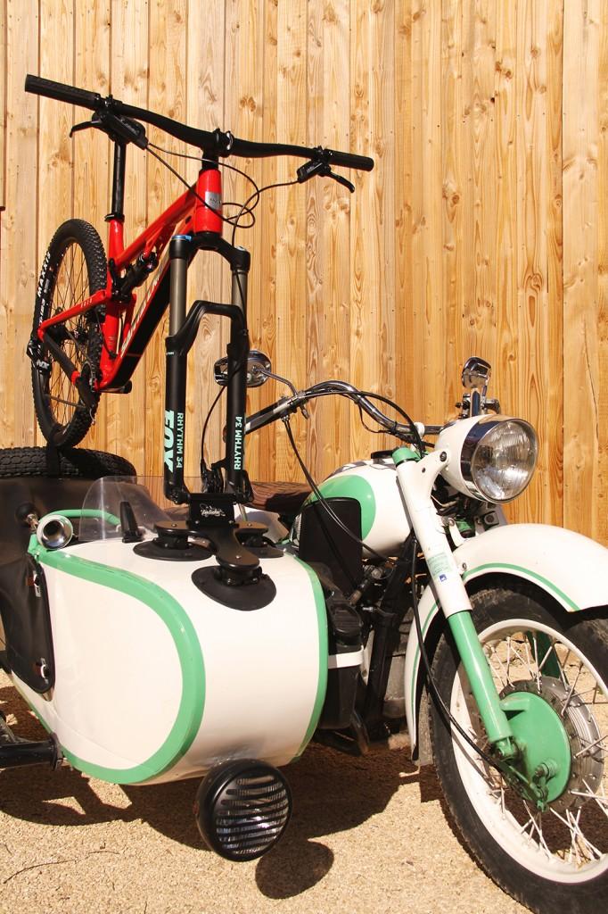 porte vélo sea sucker montage sur side car Ural motorcycle France montage d'un porte vélo sur un side car
